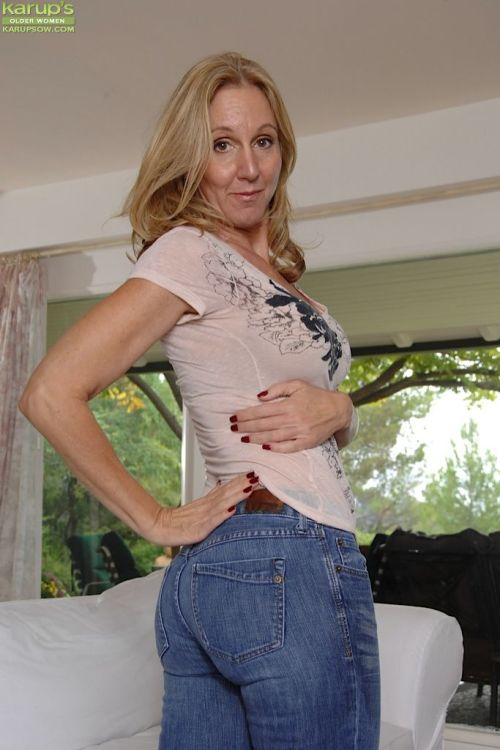 Older woman Jenna Covelli sheds jeans to ready wide open pussy for dildo play