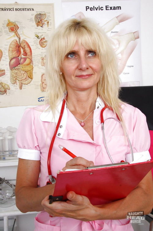 Older blonde lady Mia Hot masturbating her granny pussy in exam room