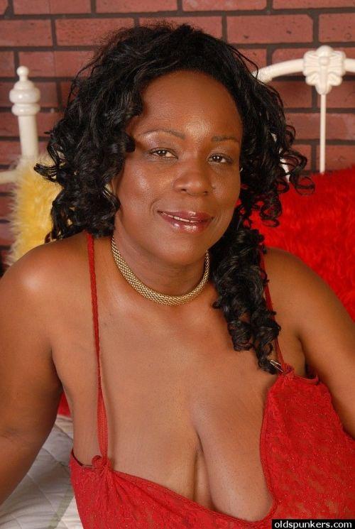 Alluring kinky brunette ebony Yvette shows her big natural boobies
