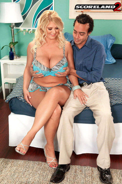 Plump older woman Kelly Christiansen seduces a man in her bra and panties