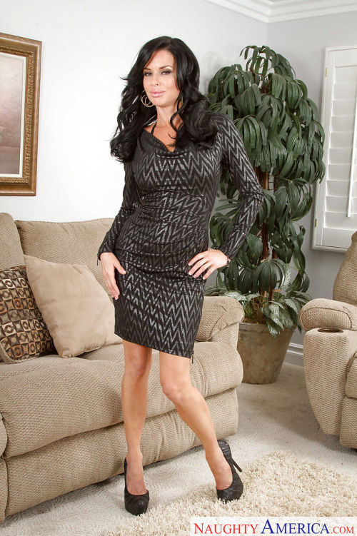 Slender brunette Veronica Avluv demonstrates her hot naked body